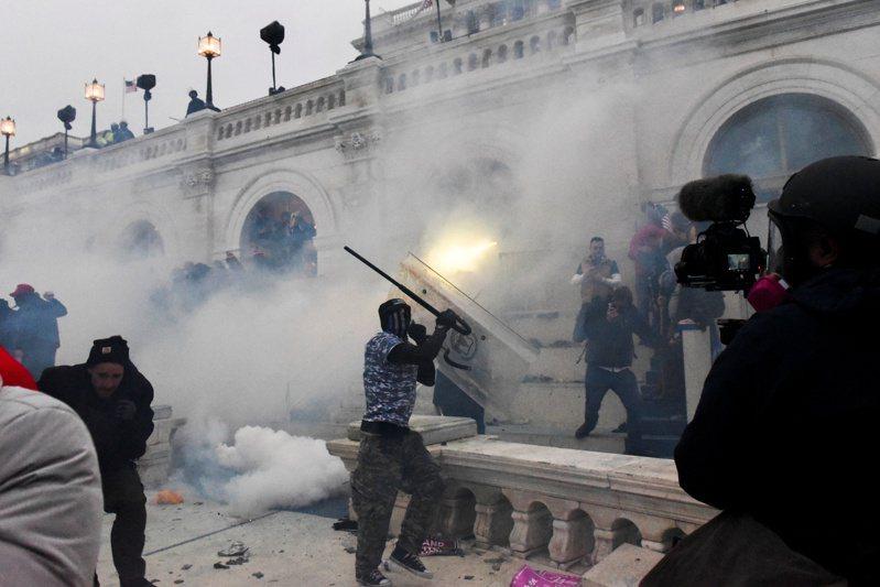 川普支持者闖入國會大廈,警方發射催淚瓦斯試圖驅離。圖/路透