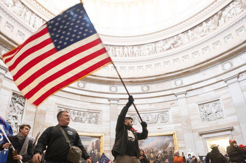 支持川普的示威民眾闖進國會大廈。歐新社