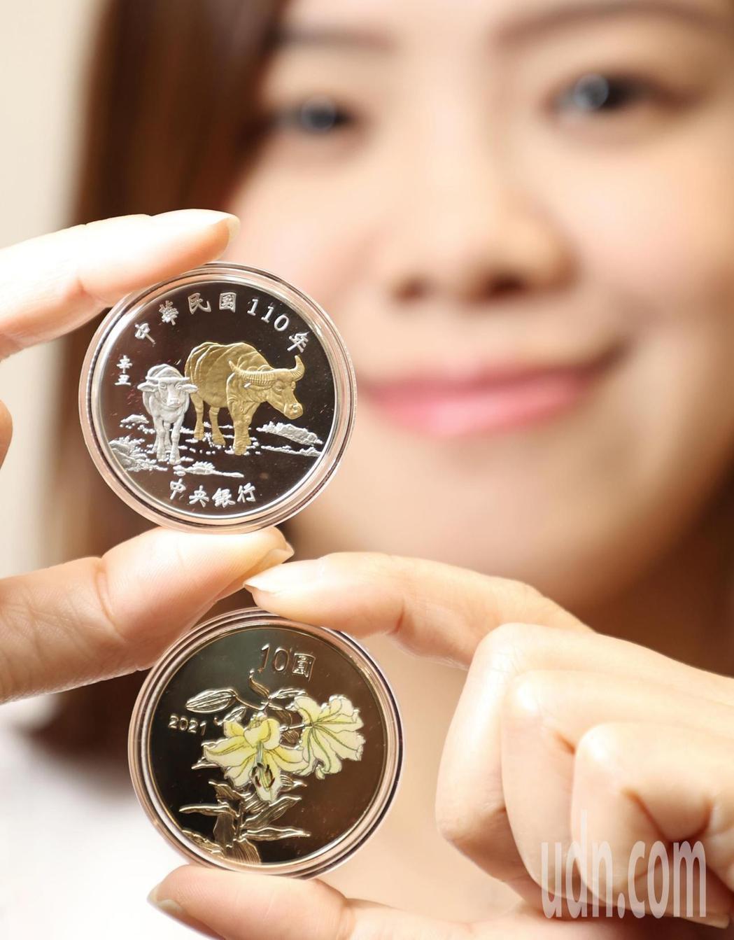 銅合金幣正面以生肖「牛」為主構圖,背面則為部分上彩的「百合花」。記者侯永全/攝影