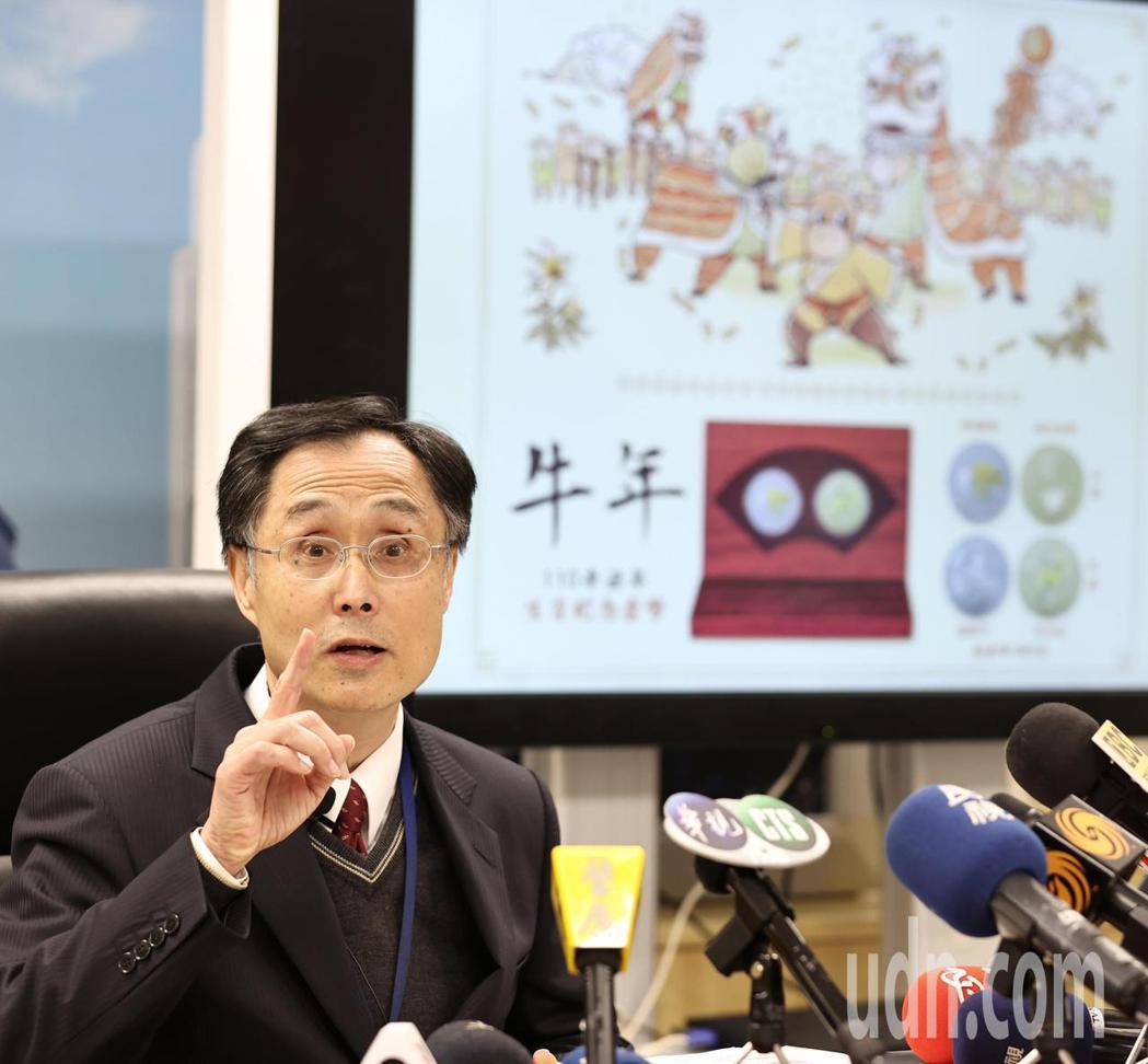 中央銀行發行局長施遵驊宣布辛丑牛年生肖紀念套幣即日起開賣。記者侯永全/攝影