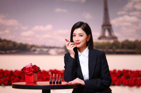 賈靜雯喜收35色全新迪奧藍星唇膏 女兒搶玩當腮紅