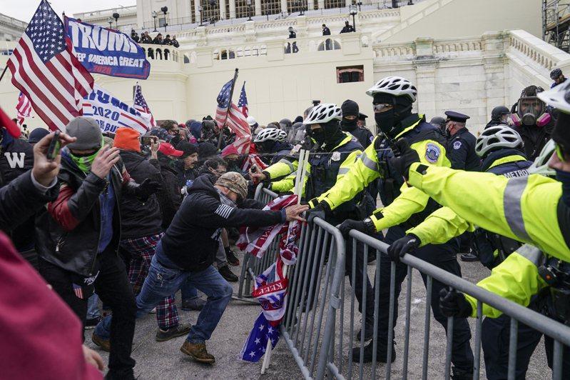 在美國總統川普任期即將告終前,美國時間6日下午,支持川普的群眾衝入美國國會。美聯社