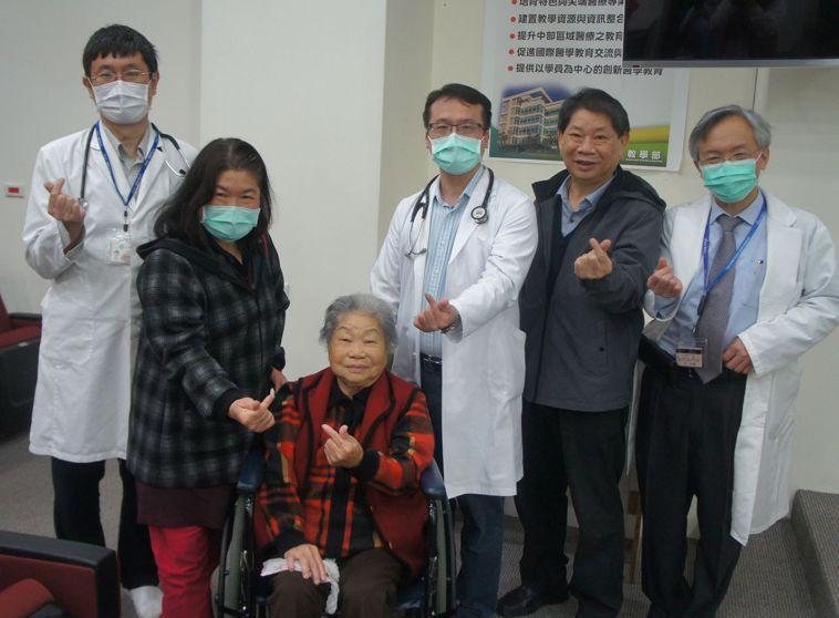 85歲陳姓心房顫動患者(左三)今天現身說法,感謝台中榮總醫療團隊救台,讓她徹底解...