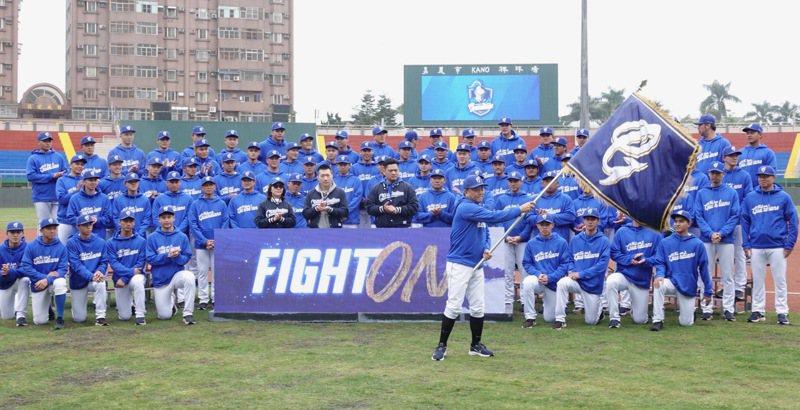 富邦悍將隊今天在嘉義市立棒球場進行春訓開訓典禮,年度新口號喊出「FIGHT ON」。記者蘇志畬/攝影