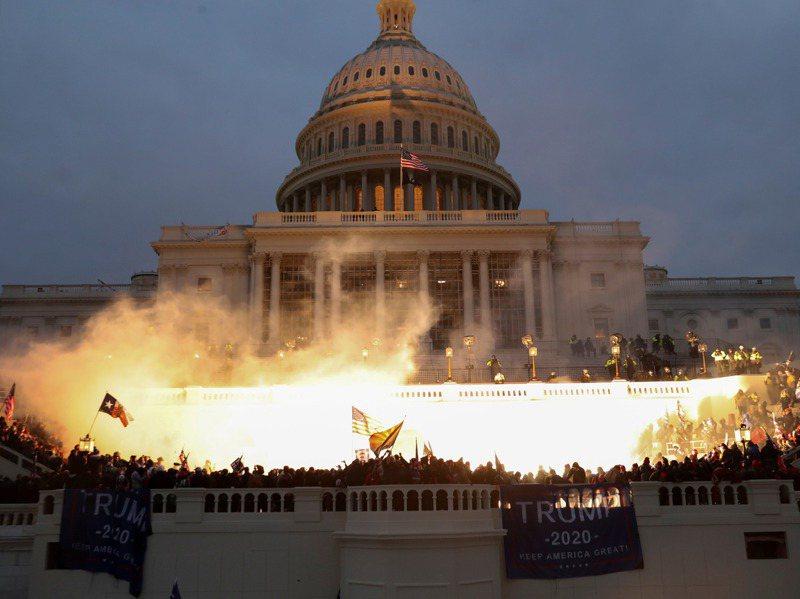 1月6日這一天,川普支持者攻進國會大廈,阻止參眾兩院認證拜登當選。路透