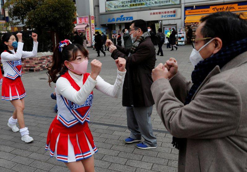 啦啦隊在東京街頭表演,為民眾打氣。路透