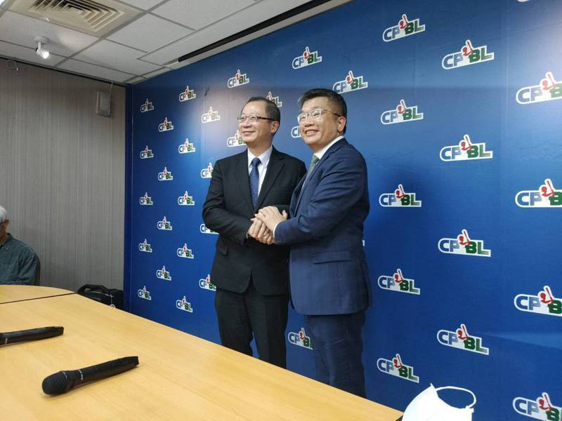 中職新任會長蔡其昌(右)拜訪現任會長吳志揚。記者婁靖平/攝影