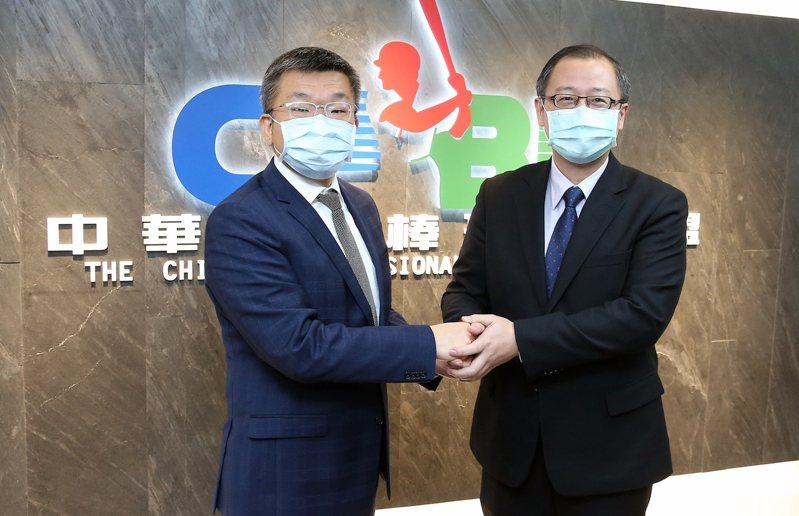 中華職棒聯盟會長19日交接,新會長為立法院副院長蔡其昌(左)。 圖/中職聯盟提供