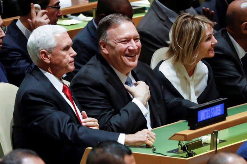 美國國務卿龐培歐(中)7日發布聲明,譴責香港大肆拘捕泛民派人士,並「順便」宣布美國駐聯合國大使克拉夫特(右)即將訪台。圖為兩人2019年9月參加聯合國大會。路透