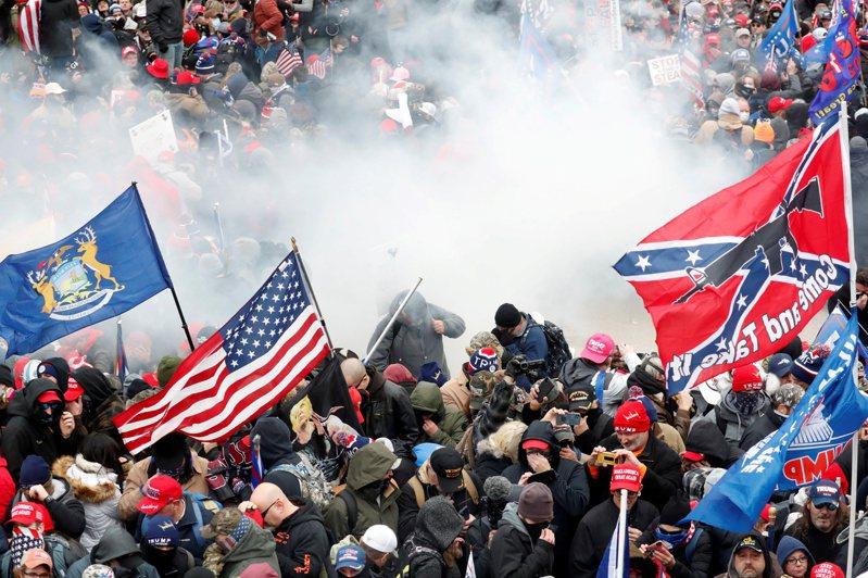 圖為川普的支持者以暴力方式闖入國會大廈,以企圖阻止議員確認總統選舉人團的投票結果。(路透)