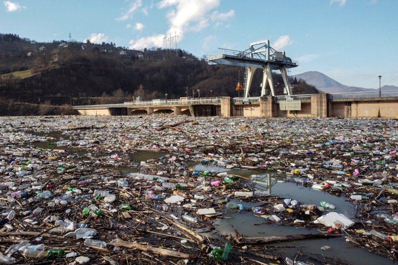 塞爾維亞的波派科湖多年來受到垃圾汙染,如今整個湖面幾乎被廢棄塑膠覆蓋。路透