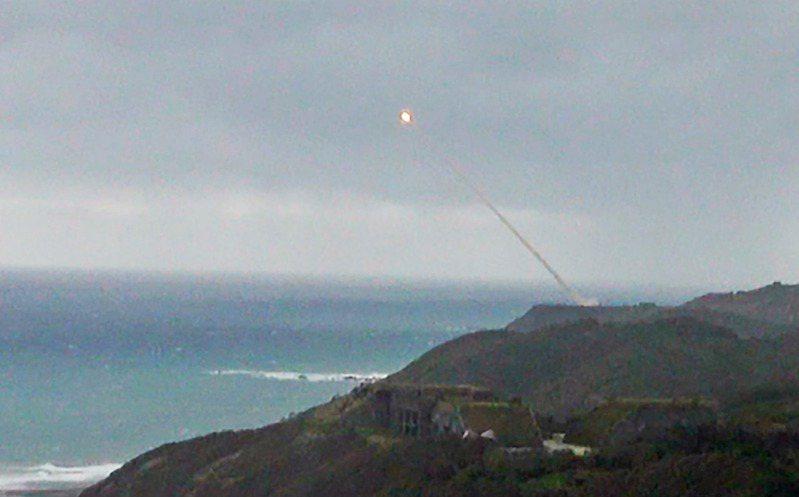 今天上午9時2分,1枚飛彈自屏東九鵬基地以45度角射出,因射擊通報標示最大彈道高度為「無限高」,南北距離長達300公里,研判是測試巡弋飛彈。記者劉學聖/攝影