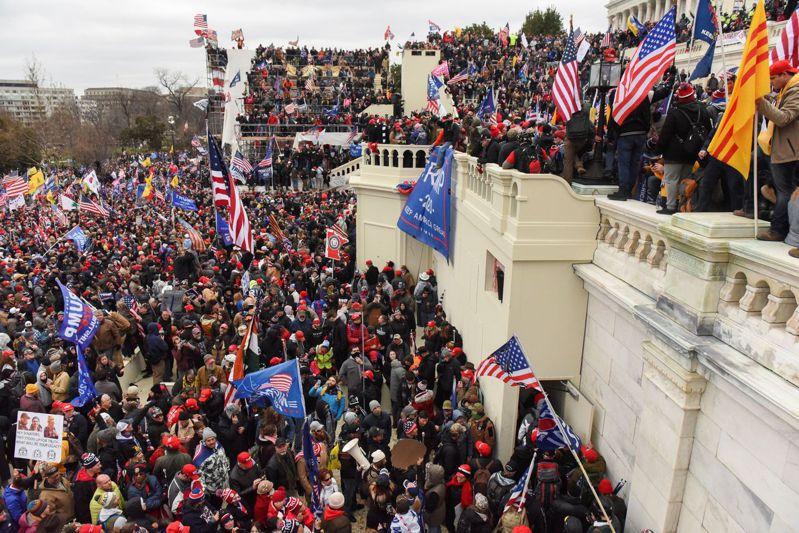 川普支持者6日攻入美國國會大廈,阻止國會對拜登勝選的認證程序,爆發流血暴力衝突,舉世譁然。路透