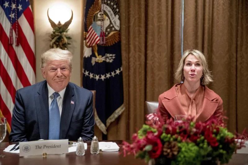 美國國務卿龐培歐7日凌晨宣布,美國駐聯合國大使克拉夫特(右)將訪問台灣。圖為2019年12月,美國總統川普在白宮一場午餐會中,向安理會成員發表演說,克拉夫特陪同出席。美聯社