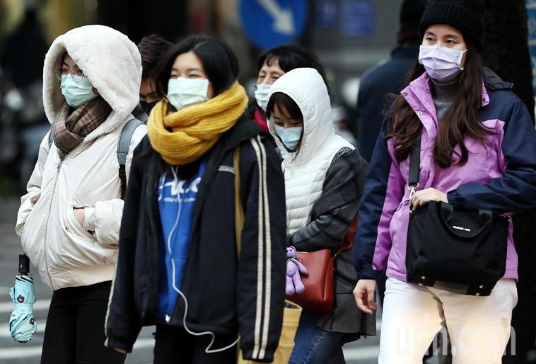 寒流來襲,全台氣溫驟降,外出民眾禦寒衣著穿足戴滿。聯合報系資料照片/記者侯永全攝...