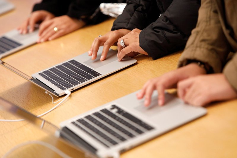 蘋果預計在2021年稍晚推出搭載Apple Silicon晶片的新款14吋和16吋MacBook Pro。路透
