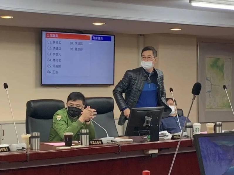 問政犀利的無黨籍市議員李慶元(站立者),決定重回新黨。圖/報系資料照
