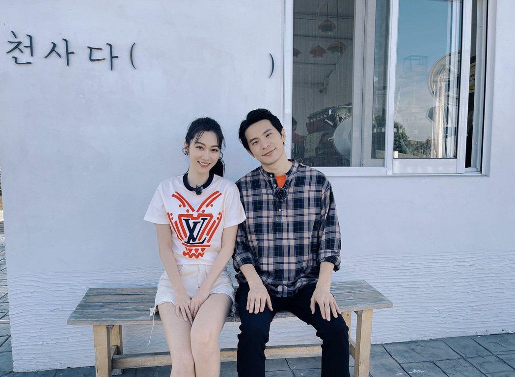 曾莞婷(左)和姚淳耀一起上東森「我們練愛吧」。圖/東森提供