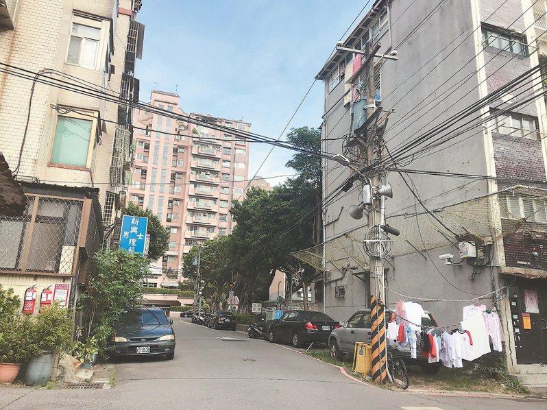 台北市住宅巷弄中仍可見密密麻麻的架空纜線。圖/新工處提供