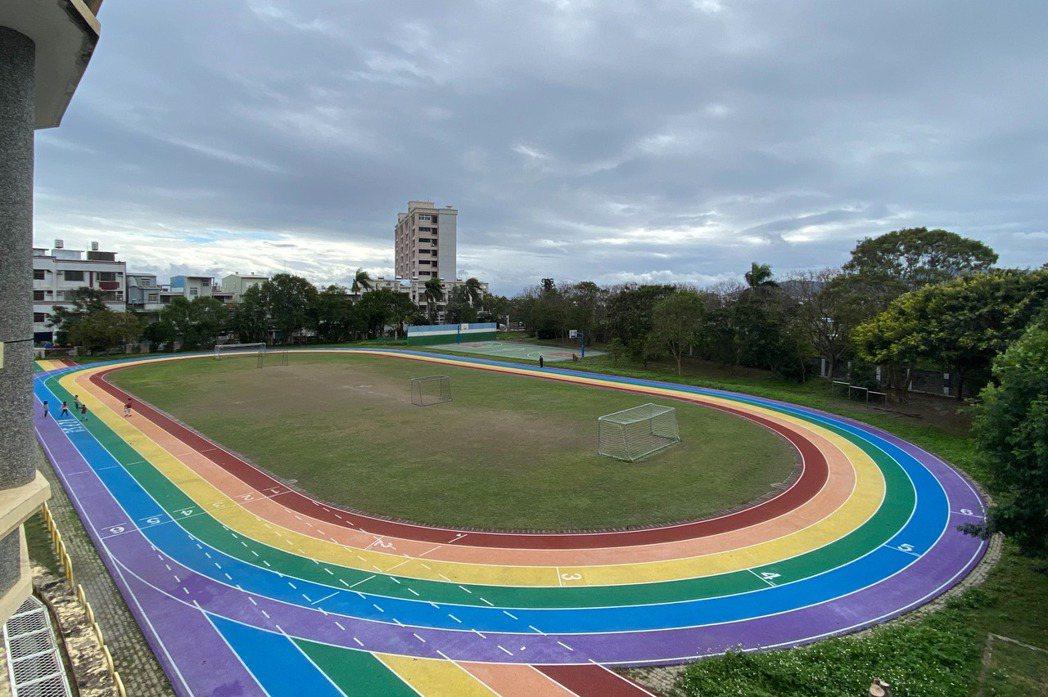 近日,花蓮化仁國小設置彩虹跑道並賦予教育意義,卻被捍家盟認為校長在國小以公帑推廣同性戀文化。 圖/聯合報系資料照