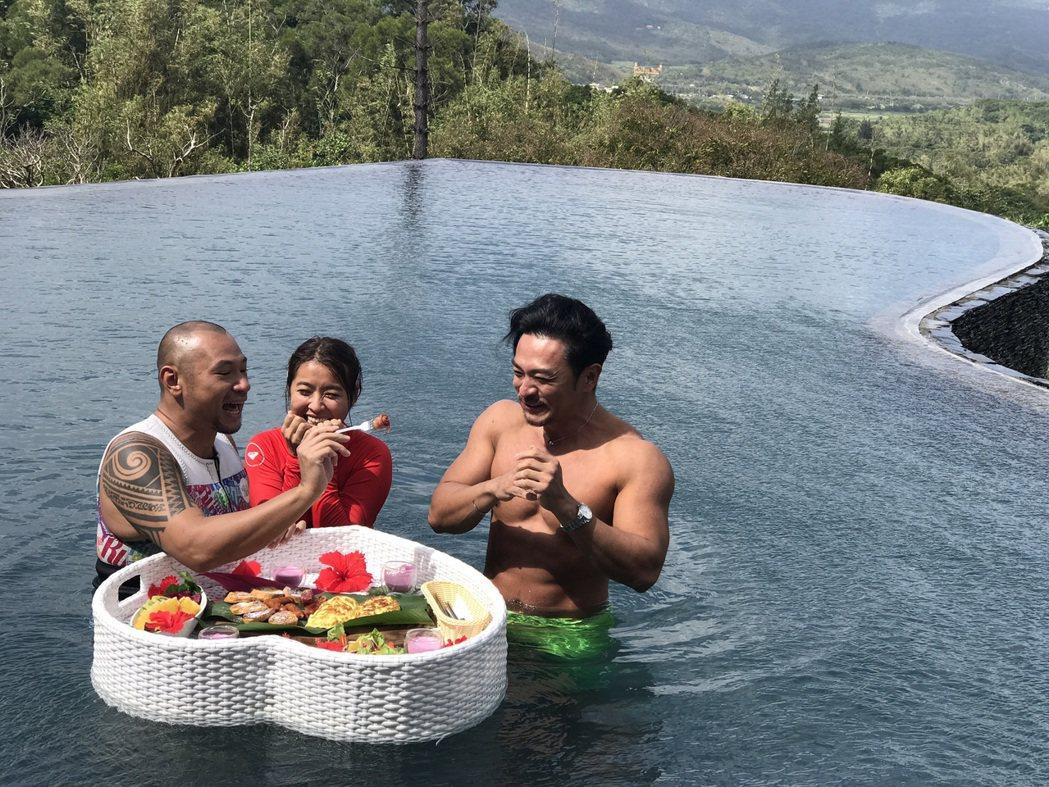 金剛(左起)、小嫻和夢多錄TVBS「食尚玩家瘋狂總部」。圖/TVBS提供