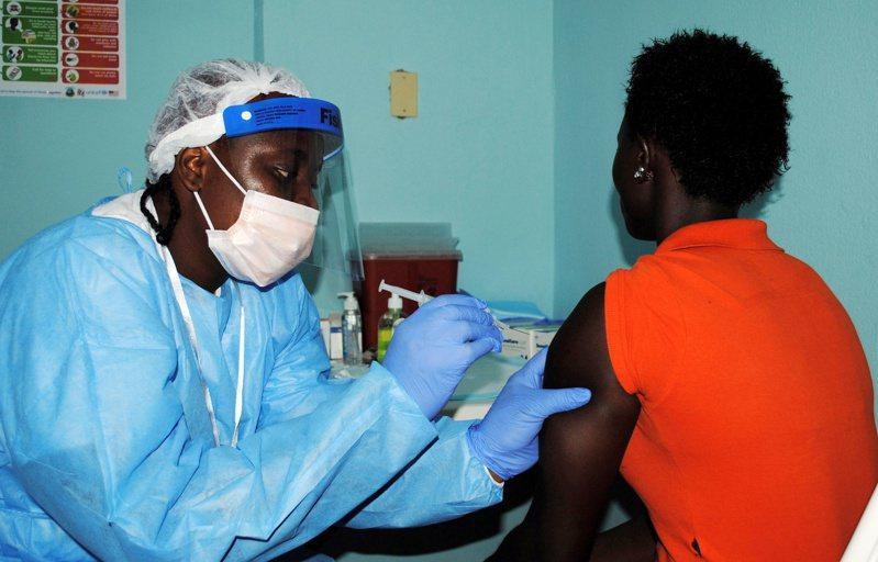 專家今天表示,在南非境內首度發現的冠狀病毒變異病毒株傳染力比先前幾種病毒株更強,不過並沒有證據顯示南非變異病毒更為致命。路透