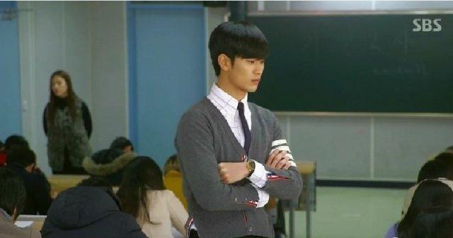 金秀賢在韓劇「來自星星的你」飾演都教授,課堂上就穿Thom Browne。圖/截...