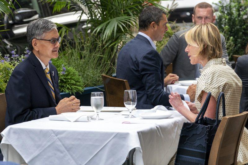 美國國務卿龐培歐七日凌晨宣布,美國駐聯合國大使克拉夫特(右)將訪問台灣。圖為她去年九月與我駐紐約台北經文處長李光章共進午餐。(美聯社)