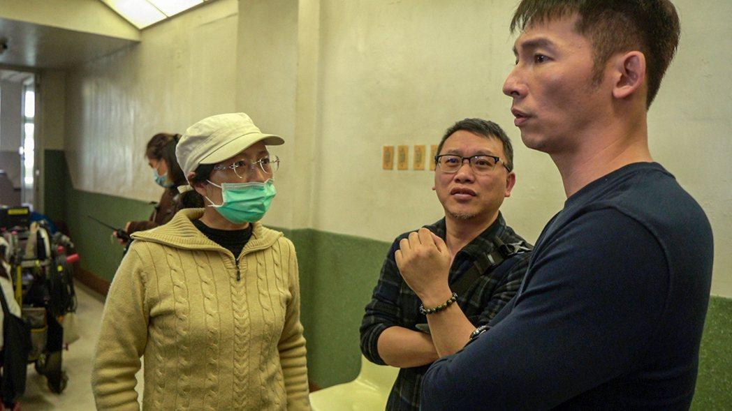 「火神的眼淚」導演蔡銀娟、製作人湯昇榮、演員溫昇豪為演出細節討論。圖/公視提供