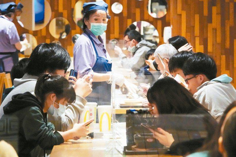 一名網友PO文表示,和台北人出去吃東西,發現對方只要吃到不喜歡的食物,就會直接不吃,讓她直呼「台北人好有錢」。示意圖/本報資料照片