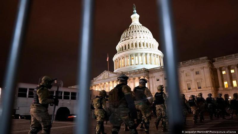 川普支持者周三闖入美國國會大廈引發暴力衝突的事件引起全球嘩然。美國國會於周三(1月6日)召開聯席會議,認證選舉人團的票選結果。圖/德國之聲中文網