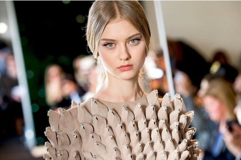 俄羅斯模特兒Nastya Kusakina,擁有雪白肌膚、清澈的大眼睛與180公分高的好身材。圖擷取自IG