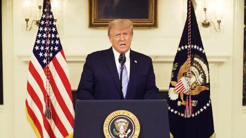 在7日晚間的錄影演說中,川普總統一反過往亢奮,態度平靜。 圖/路透社