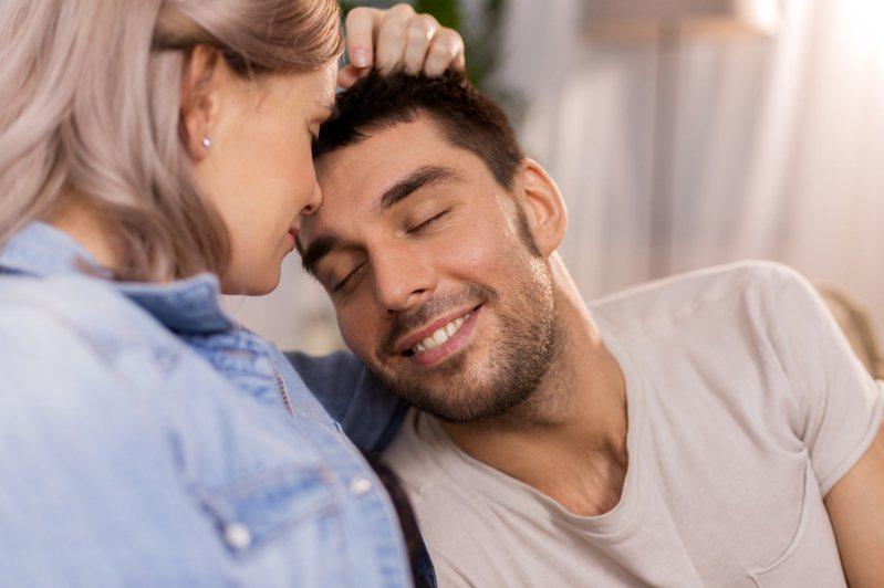 有時我們在戀人面前,常會展現出與平常不同的自我。圖片來源/ingimage