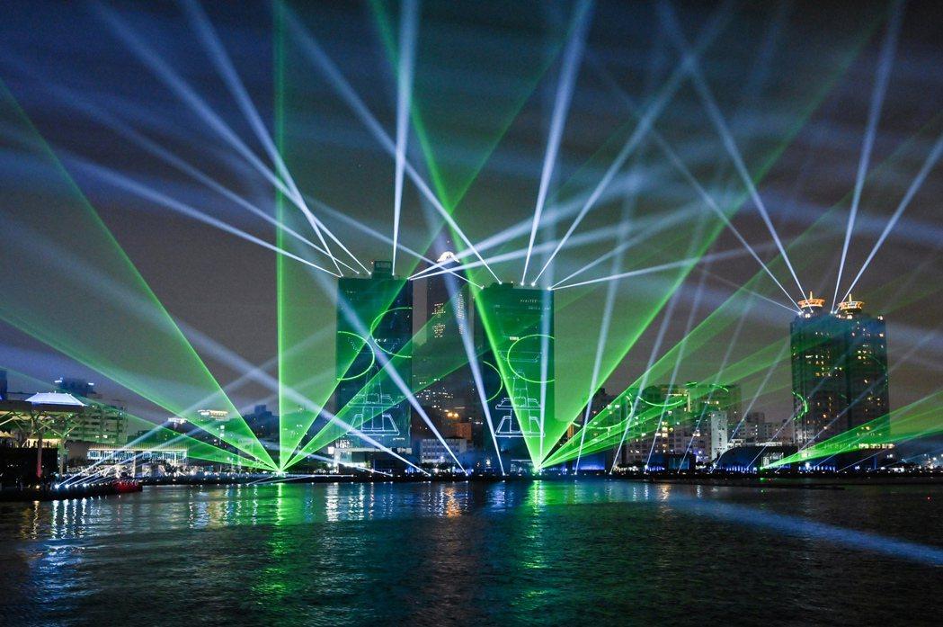 亞灣「跨百光年」燈光展演,揭開高雄新智慧城市下一個黃金百年的燦爛序幕。圖片提供/...