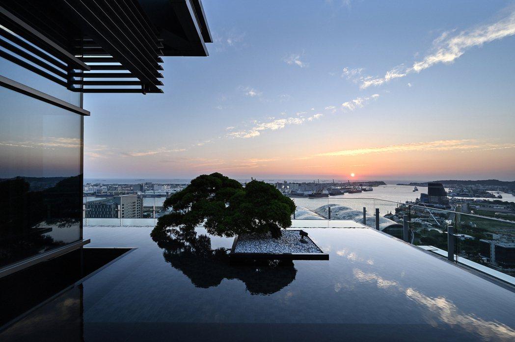 因地制宜的建築規劃理念,打造無邊際鏡面水池,海天一線珍貴視野。圖片提供/高圓建設