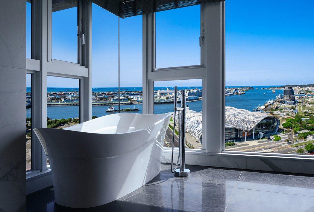 可眺望港灣海天一色的豪華海景浴所,難能可貴的海景視角!圖片提供/高圓建設