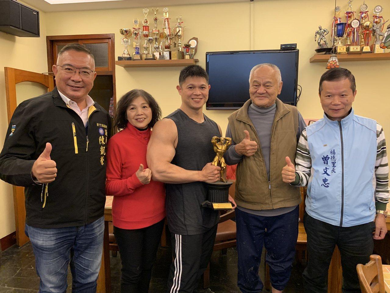 在新竹縣竹北市開設早餐店的劉冠忠(左三),受電影及動漫影響開始對健身產生興趣,家...