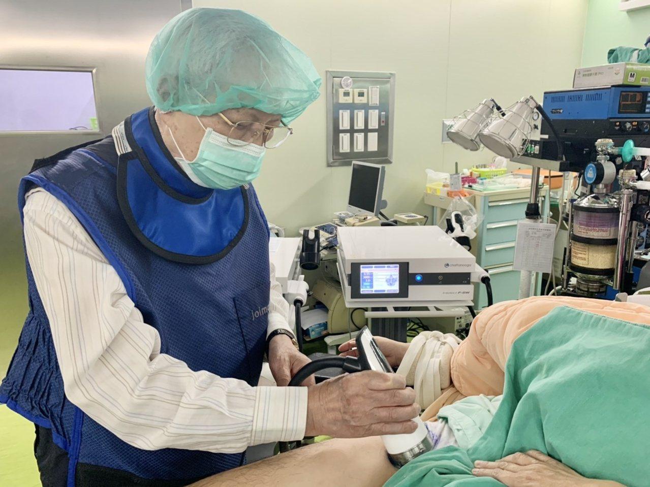 王清貞(見圖)表示,水介質震波可讓缺血缺氧的壞死骨頭恢復血液供給,延緩壞死的速度...