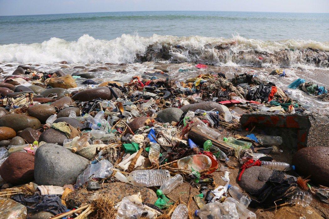 根據環保署 108 年度垃圾破袋採樣分析資料顯示,一般垃圾中至少有四成為應回收之...