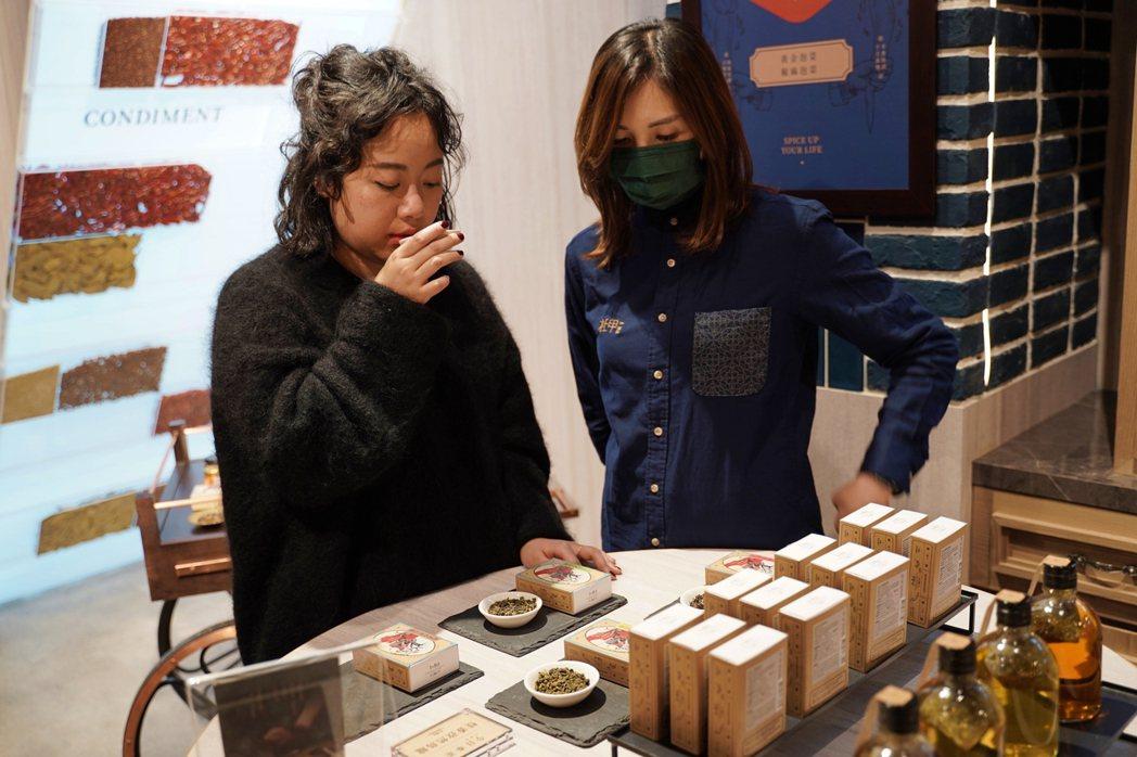 在杜甲A-Ma香料體驗概念店可聞香與試嘗。 圖/沈佩臻攝影
