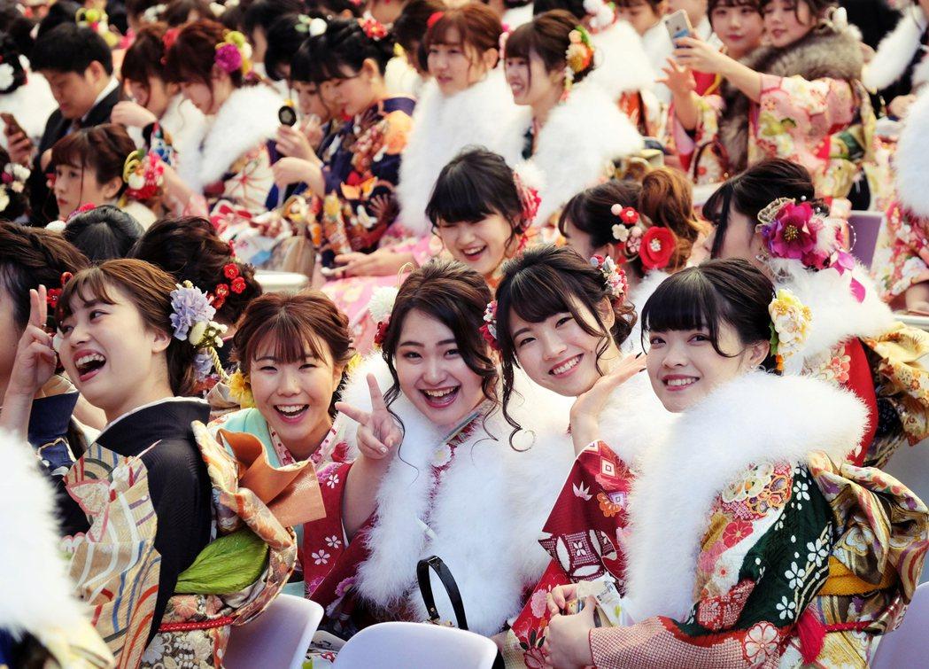 因為是一生只有一次的儀式,如今日本的成人式已經發展成華麗而盛大的儀式聚會,在新春...