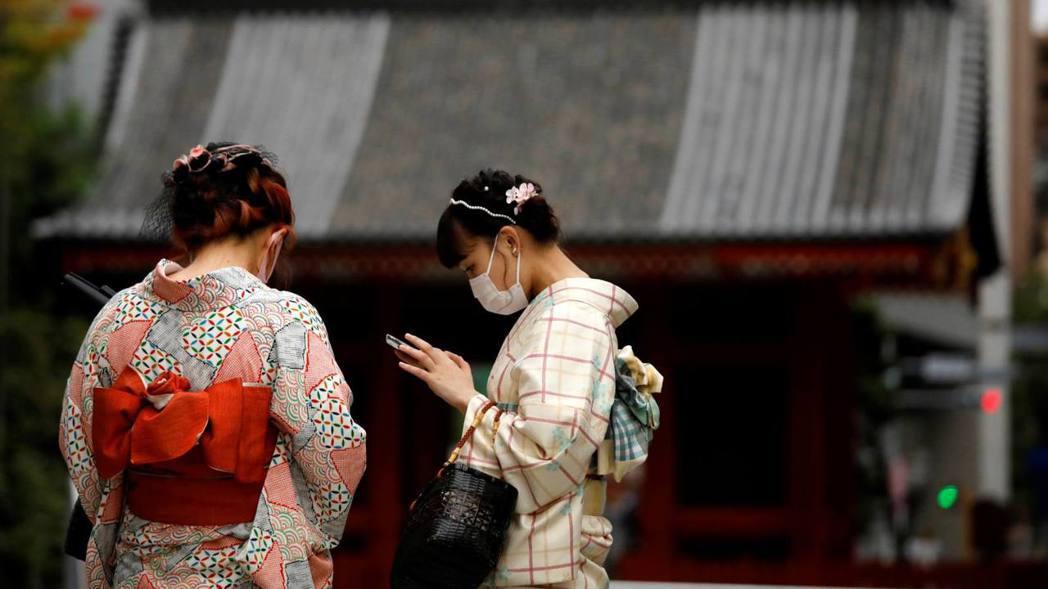 日本文部科學省在2018年的調查中顯示,雖然各地方參加成人式的人數約達8成,但不...