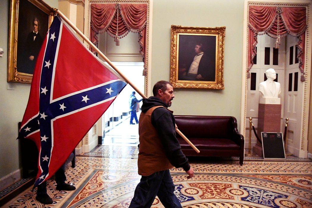 這張照片會被廣傳的原因,在於示威者手上拿著的邦聯旗,如今已成為當代美國「白人至上...