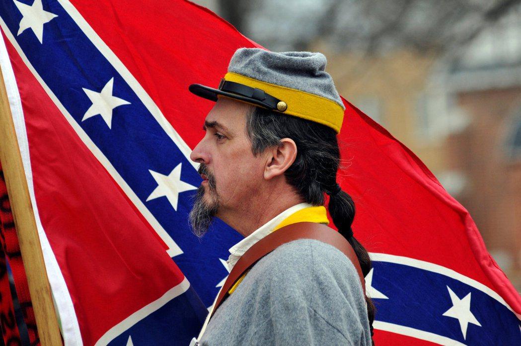 所以,如果薩姆納還在世,拿著這面具有爭議的南方邦聯旗幟到他的面前,他會怎麼想呢?...