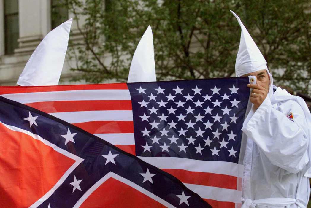 尤其對許多黑人而言,邦聯旗就是象徵著蓄奴的意思。 圖/美聯社