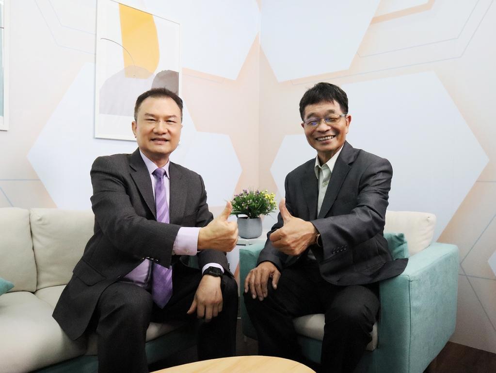 理財周刊發行人洪寶山(左)、賴添福