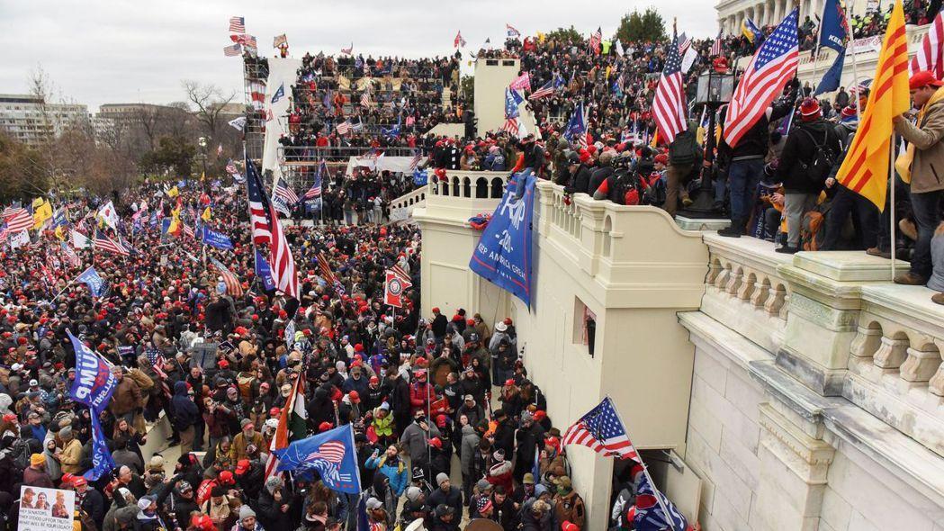 川普支持者6日攻入美國國會大廈,阻止國會對拜登勝選的認證程序,爆發流血暴力衝突,...