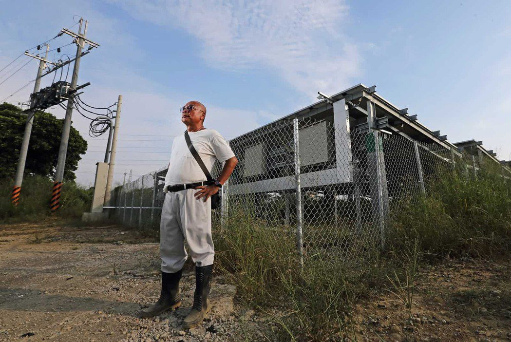 關廟地主魏榮華,把原本租給鳳梨農的地改租給人種電,年收增十倍。這已是全民運動。圖...