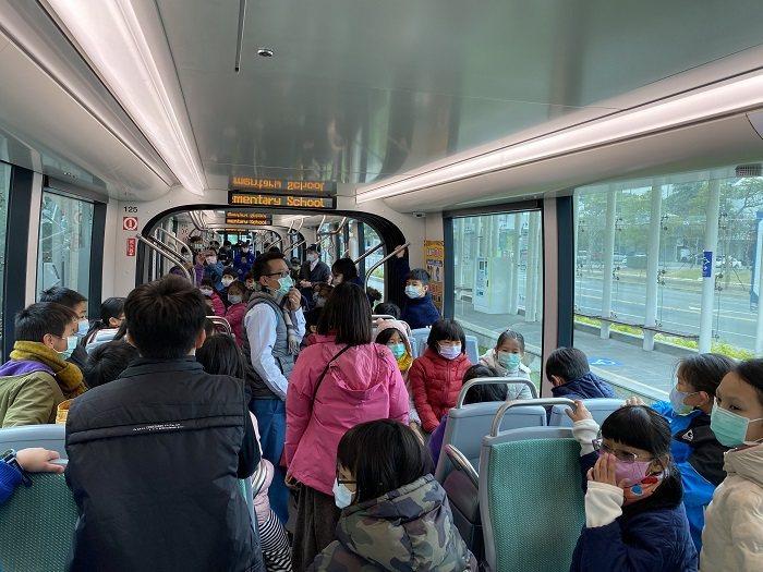 五權國小師生參訪二階輕軌列車。 高雄市政府捷運工程局/提供